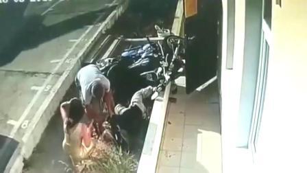 监控:美国男子骑摩托车失控撞墙,网友:看着都疼.mp4