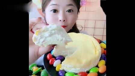 小姐姐试吃:榴莲蛋糕,没想到里面还有馅,看的馋死我了