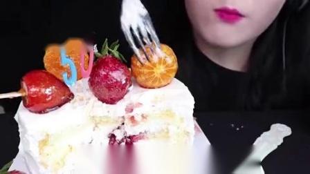 小可爱直播吃:果冻、水果奶油蛋糕,真是少女心满满