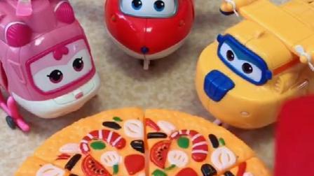 乐迪有一块披萨,分给了乐迪多多小爱他们,小爱不喜欢吃披萨