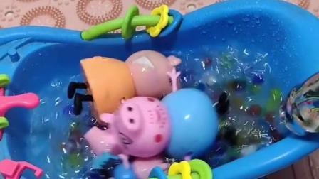 叫佩奇一家来洗澡了,佩奇说里面没有水,就给他们放了很多水