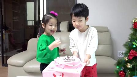萌娃小可爱来过生日啦,小家伙可真开心呀,萌娃:好好吃的蛋糕