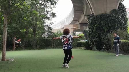 天津空竹 王姐晨练 舞长杆( 配乐 篱笆墙的影子)