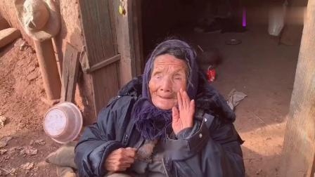 贫困山区96岁老奶奶,从来没有吃过蛋糕,吃完蛋糕后场面让人落泪