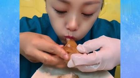 """吃播小姐姐极限挑战,满满的一盘""""油面包"""",一般人吃不了"""