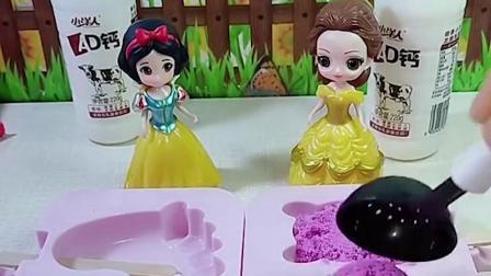 王后让白雪和贝儿给她做牛奶雪糕,贝儿用太空沙做了一个雪糕,她这样做对吗
