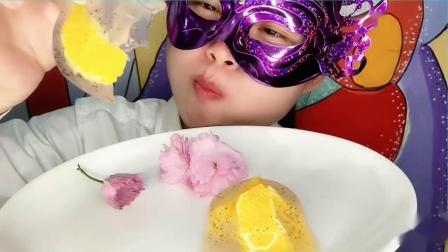 """小妹吃""""鲜花水果果冻""""漂亮的花朵和水果配上甜点,超美味"""
