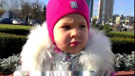 寒冷的冬天,小萝莉带着宝宝出门晒太阳,却意外撞见大象!