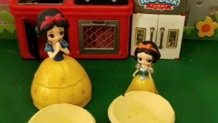 贝尔在吃蛋挞,白雪也想吃,白雪妈妈能成功做出蛋挞吗?.mp4