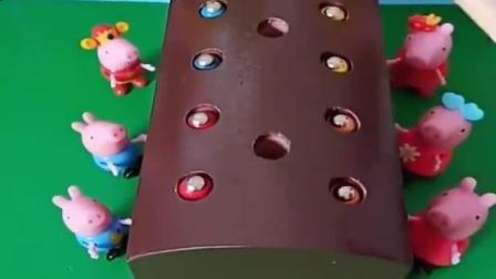 小猪佩奇玩具:小洞里有好多虫虫,把他们钓出来,让他们也看看外面的风景