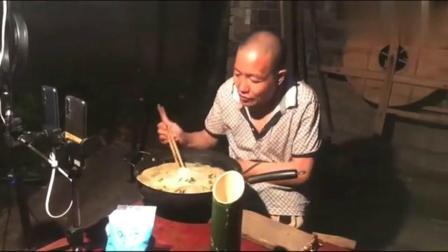 最后的棒棒:河南大哥直播吃大锅面条,边吃边回答网友的问题
