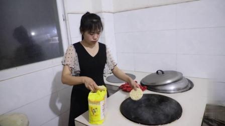娟子用菜园的食材做了满满一大盆拌面,大家人口做少了不够吃