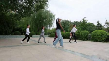 火遍大小广场的鬼步舞老师现场教学《丁丁》,简单36步,0基础教曳步舞视频教程 成都市中老年鬼步舞培训班