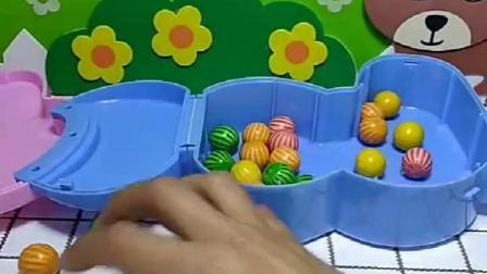 乔治想吃糖,偷偷拿了佩奇的糖果,小朋友帮忙通知佩奇了