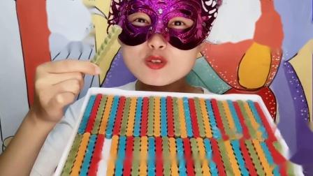 """馋嘴儿吃货小姐姐吃""""手指饼干巧克力""""五彩根根美,香甜嘎嘣脆"""