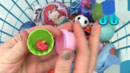打开粉色冰激凌玩具,里面有个红色小玩偶,眨着眼真可爱!