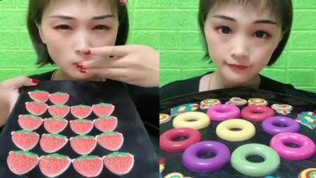 小可爱直播吃草莓巧克力片和甜甜圈,一口下去真过瘾,是我向往的生活