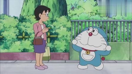 妈妈看到哆啦A梦要变成狼人,哆啦A梦把自己的脸扯成三角形