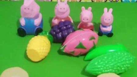 小猪一家吃水果了,有菠萝苹果还有香蕉,你喜欢吃什么水果呢