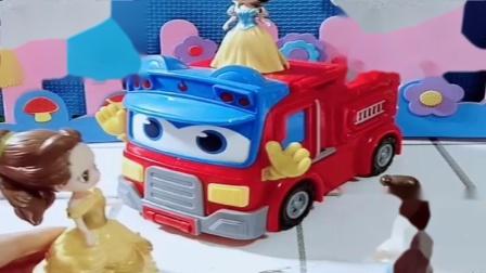 小猪佩奇玩具:贝尔把白雪给抓起来,小白雪开着消防车去找妈妈,真是母女相连啊