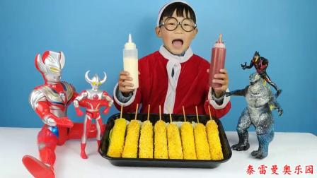 玩具小剧场,奥特曼带来热狗棒,小泽放上番茄酱和沙拉酱后一起吃