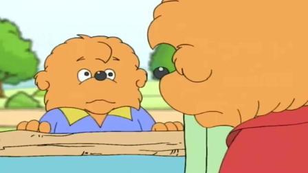 小熊一族:熊小弟在教室做作业,球赛都不去看了