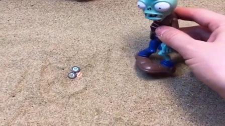小猪佩奇玩具:罗密欧躺在沙子里露出眼睛,僵尸看到很奇怪,罗密欧起来吓你一跳