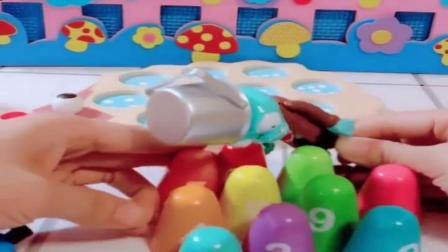 小猪佩奇玩具:僵尸来拔萝卜吃,骄乔治过来阻止,这明明是小刺猬的刺好吗