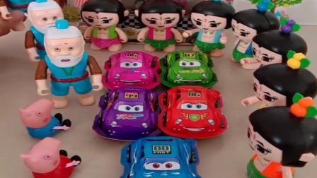 小猪佩奇玩具:乔治请葫芦娃吃奇趣蛋,可葫芦娃没心情,原来是家里出现三个爷爷