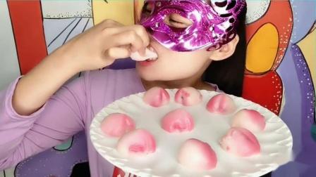 """吃货馋嘴:小姐姐吃""""福寿满堂寿桃包"""",小巧玲珑白里透红,软糯香甜寓意美"""