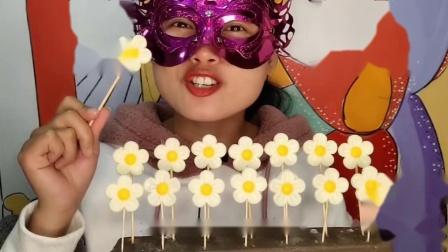 """小姐姐吃手工""""花朵棒棒巧克力""""白瓣黄蕊甜似蜜,奶香柔滑"""
