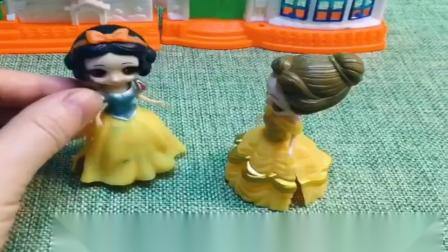 小猪佩奇玩具:白雪又上了巫婆的当,贝尔姐姐过来安慰白雪,白雪一定会选美成功