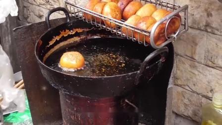 农村大妈做小吃太香,被女儿强烈要求上街摆摊卖,没想到越卖越红火