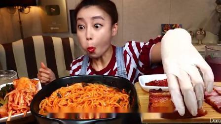 """韩国吃货美女包""""爆辣""""火鸡面五花肉,直接大口吞咽,看着真过瘾"""