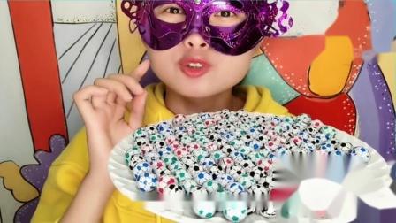"""吃货馋嘴:小姐姐吃""""小足球巧克力"""",彩色小巧创意包装,一口香脆好惊喜"""