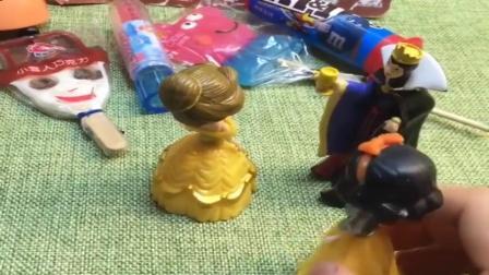 小猪佩奇玩具:王后偏心只给贝尔买糖,不给白雪贝尔也拒绝,全买了这样才公平