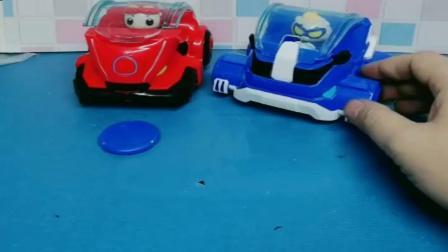 小猪佩奇玩具:猪猪侠变身币被理查德拿走,猪猪侠带理查德坐战车,大家一起出发