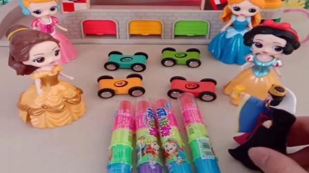 小猪佩奇玩具:公主们组合赛车比赛,白雪灰姑娘获得胜利,可以吃到糖果喽
