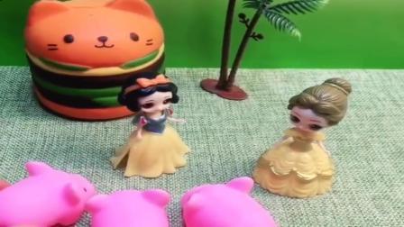 小猪佩奇玩具:白雪给王后的母后洗澡,贝尔过来还呵斥白雪,贝尔又挨批了