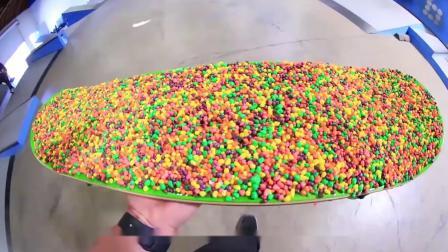 彩虹糖做成的滑板能玩吗?小哥实验,站上去的瞬间,感觉太过瘾了