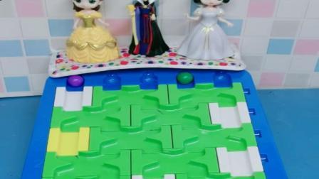 小猪佩奇玩具:白雪贝尔玩球球比赛,贝尔失败,善良的白雪获得胜利嫁给王子