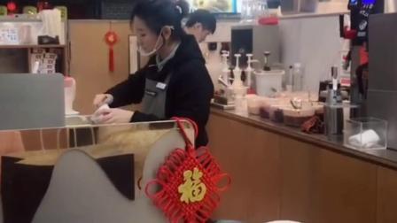 打烊后的卡旺卡,暖心员工给顾客免费做了3杯奶茶