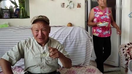 今天大妈犒劳鸟大爷,大爷喝着人参泡的酒,吃大妈炖的排骨真香。