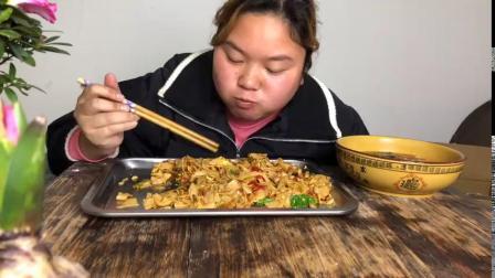 3斤河粉,做完体操就吃猪肉鸡蛋炒河粉,再喝上一碗紫菜蛋花汤