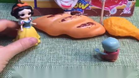 小猪佩奇玩具:小鬼下车给爸爸买饮料,小鬼还贪恋上好吃的,结果被爸爸给抛弃了