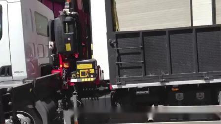 Elebia折叠起重机     港口装卸工使用elebia自动吊钩。负载:散装水泥。