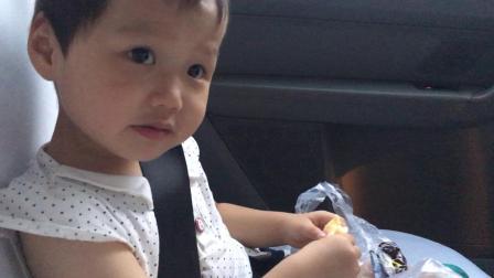200628-18:45晁安雅陶美梦 回去路上吃毛绒绒 鲍师傅鳕鱼肉松小贝