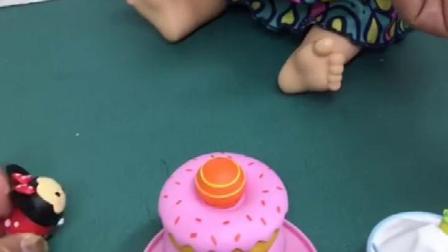 小孩子想吃食物了,来吃小蛋糕们了,但小蛋糕们是米奇他们的房子