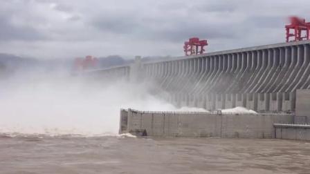 壮观!三峡今年首次泄洪,风雨过后现彩虹!