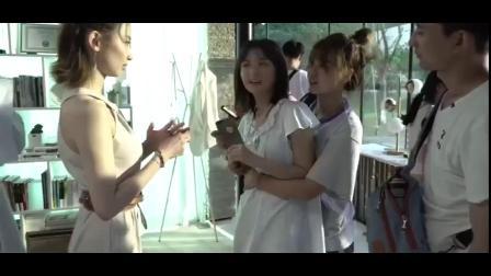 《99分女朋友》花絮:桃姜CP拍吻戏,女主在旁边看戏.mp4